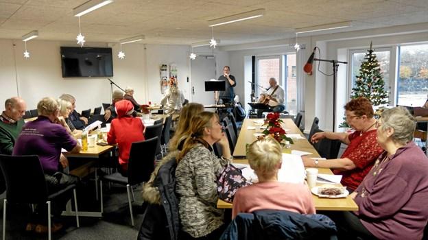 I løbet af dagen var der mange besøgende, der nød den levende musik med Finn Lund og Kristian Nefer. ?Foto: Niels Helver Niels Helver