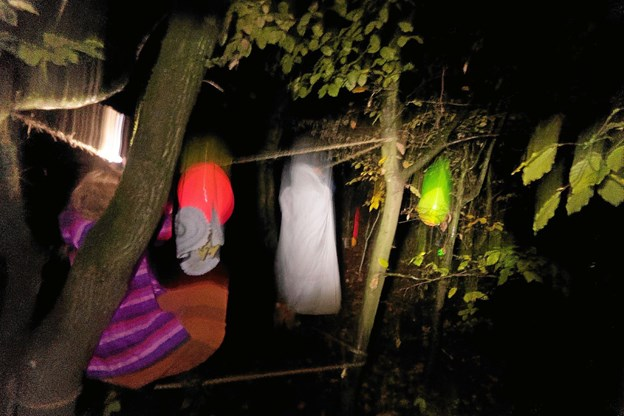 Der var svævende tæpper og vandrende spøgelser i skoven. Foto: Niels Helver Niels Helver