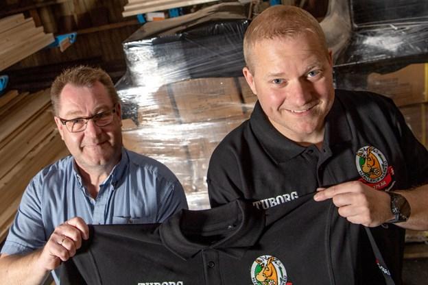 Niels Andersen, Stark Dronninglund, og næstformand i Markedet Stefan Jacobsen med den nye trøje, der i år har broderet logo. Foto: Henrik Louis HENRIK LOUIS