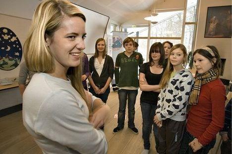 Mie Elgaard Rasmussen ledede en workshop for konfirmander. Ida Wive Holm - i den mørke trøje og hvide bluse i baggrunden - og hendes kammerater skulle tage stilling til  svære problemer.  foto: peter langkilde