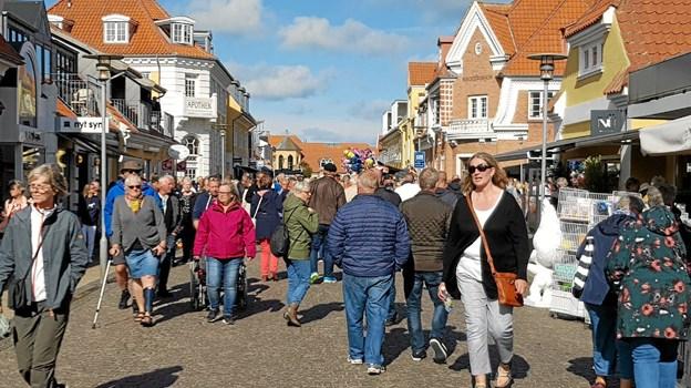Mange af gæsterne til festivalen bruger også tid på at gå op og ned ad Sct. Laurentiivej.   Foto: Ole Svendsen Ole Svendsen