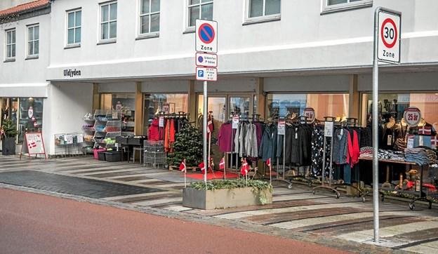 I hovedgaden var der flagallè og foran butikken var der sat små flag på jubilæumsdagen. Foto: Mogens Lynge Mogens Lynge