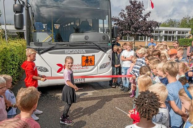 Kathrine fra 3. klasse er klar til at klippe den røde snor. ?Foto: Niels Helver