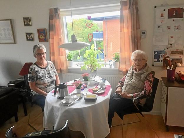 Gitte Funch fra Ældre Sagen har været besøgsven i ti år, og i de seneste seks år har hun besøgt Elly Madsen på Ingeborgvej. Foto: Jens Ole Pedersen
