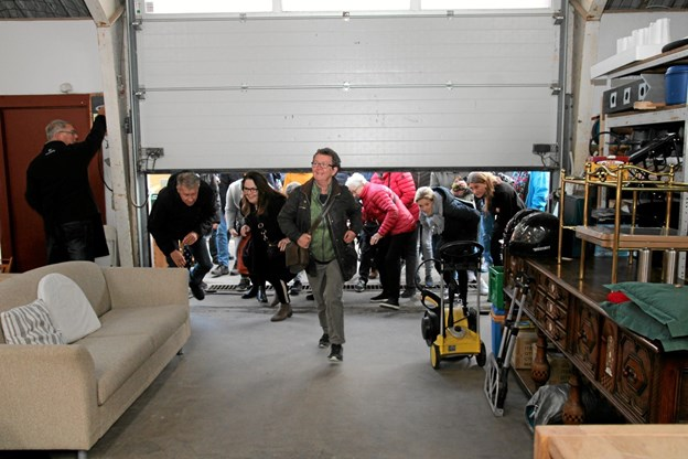 Porten skal ikke være åbent ret meget inden de første er inde til loppemarkedet. Foto: Flemming Dahl Jensen