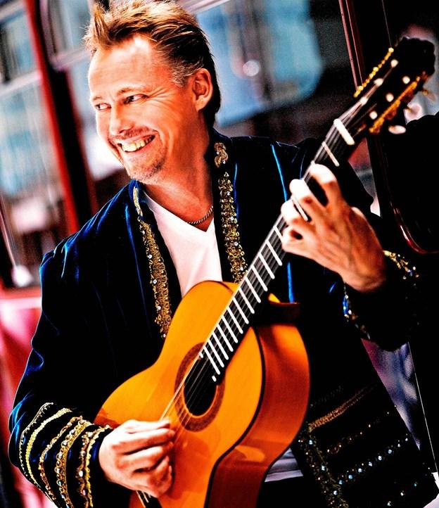 Kaare Norge er kendt for sine evner på en guitar, men han maler også. Privatfoto