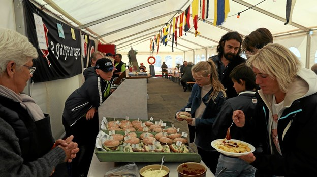 Der var rift om de indbydende retter i fiskeriforeningens telt. Foto: Allan Mortensen Allan Mortensen