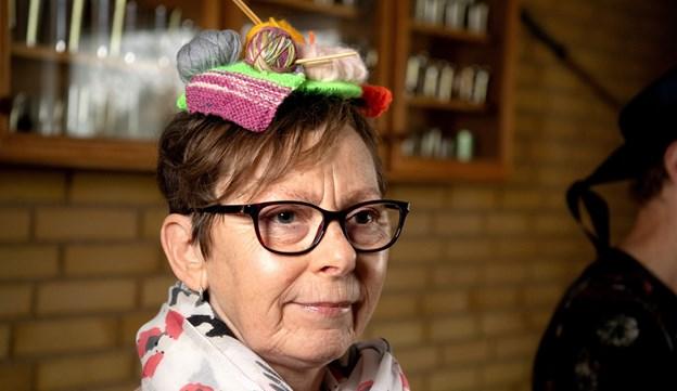 Der var plads til nogle meget kreative hatte, her er det Lis Jørgensen med strikketøj på hovedet.Foto: Henrik Louis HENRIK LOUIS
