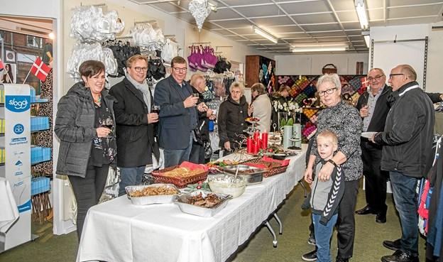Her ses nogle af de mange gratulanter, som lagte vejen forbi butikken for at gratulere de to med jubilæet. Foto: Mogens Lynge Mogens Lynge
