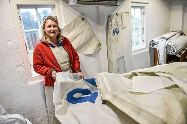 Grethe Wittrock har store bunker af sejl som skal blive til vind-værker efter opholdet i Hanstholm. Foto: Ole Iversen