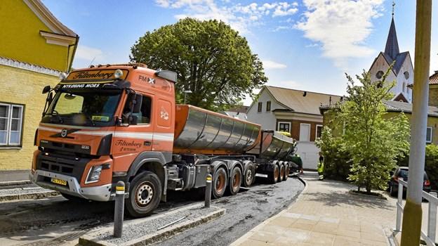 Omkring 300 meter ny belægning er nu lagt i Skovgade, og chikaner er omlagt, så store lastbiler nemmere kan komme igennem den smalle passage. Foto: Ole Iversen Ole Iversen