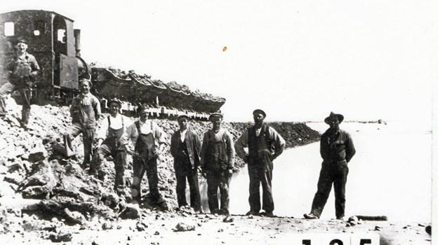 En dæmning bliver til. Foto: Gjøl Lokalhistorisk Arkiv.
