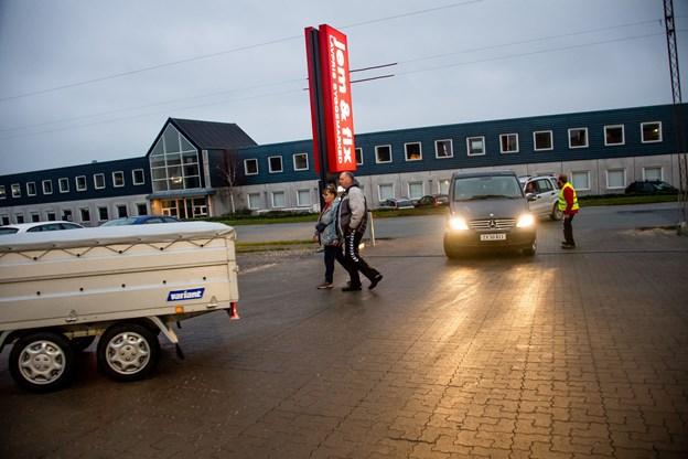 Kunderne stod klar fra begyndelsen til åbningen af det nye Jem & Fix.Foto: Diana Holm