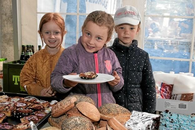 Sallie, Frida og Filipa fra den kommende 0. klasse solgte kager vafler. Foto: Peter Jørgensen Peter Jørgensen