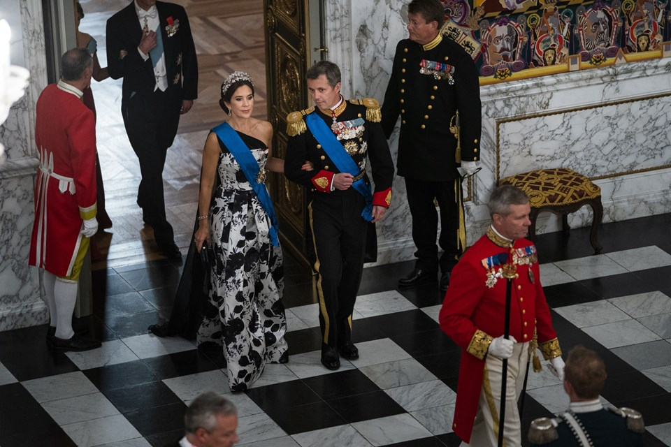 Kronprinsesse Mary og Kronprins Frederik ankommer til gallataffel. Foto: Martin Sylvest/Scanpix Ritzau