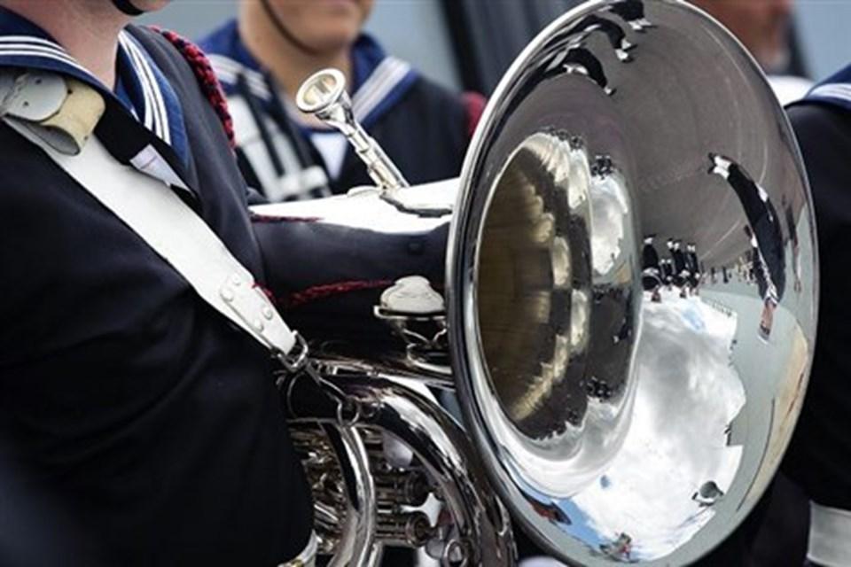 Søværnets Tamburkorps stod klar med musik og blanke horn.