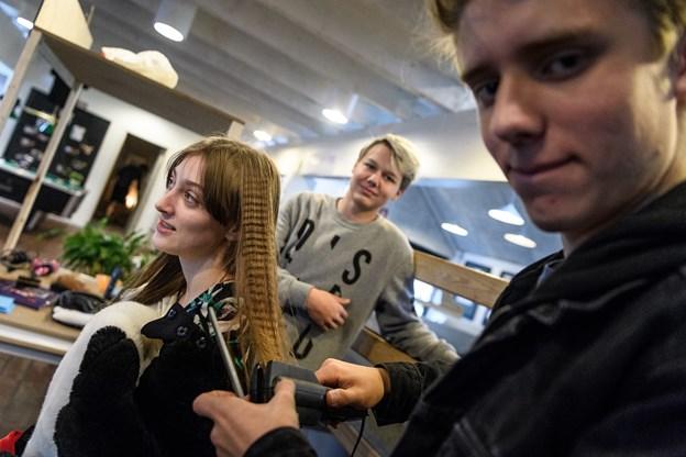 Victor Maarupgaard Jørgensen (forrest) havde lavet sin egen frisørstand og tilbød at lave bølger i håret på de besøgende.