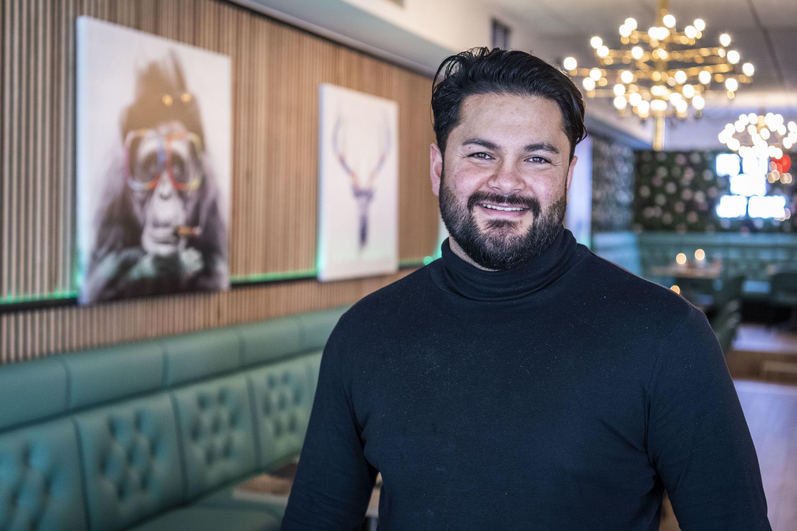 Caglar Koycu glæder sig til at byde gæsterne indenfor i sin nyeste café. Foto: Kim Dahl Hansen