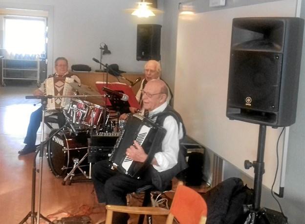 Der var underholdning i form af musik og syng-med-viser. Foto: Privat Privat