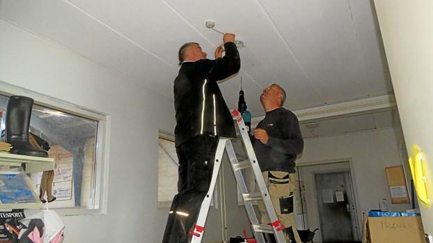 Håndværkskyndige fædre sørgede for orden i installationerne. Foto: Kirsten Olsen