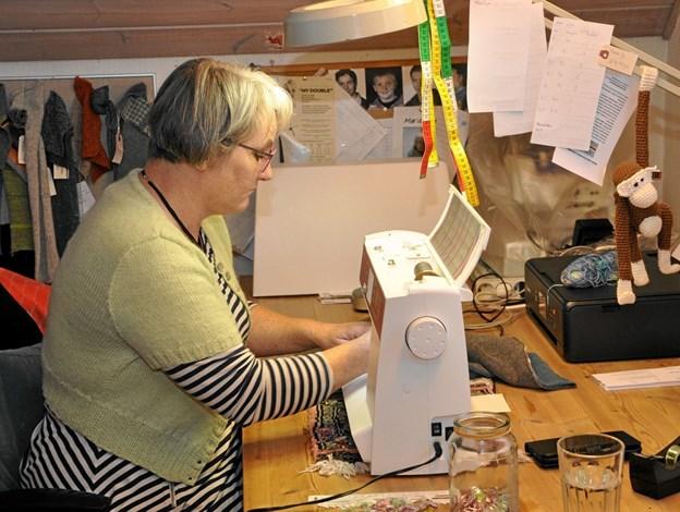 Ved arbejdsbordet oppe i værkstedet tilbringes mange timer f.eks. med symaskinen.Foto: Ole Torp Ole Torp