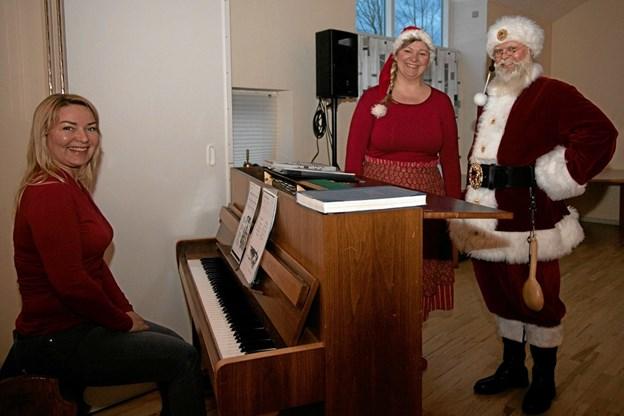 Alena Jespersen og Laila Nielsen her sammen med Julemanden. Foto: Peter Jørgensen Peter Jørgensen