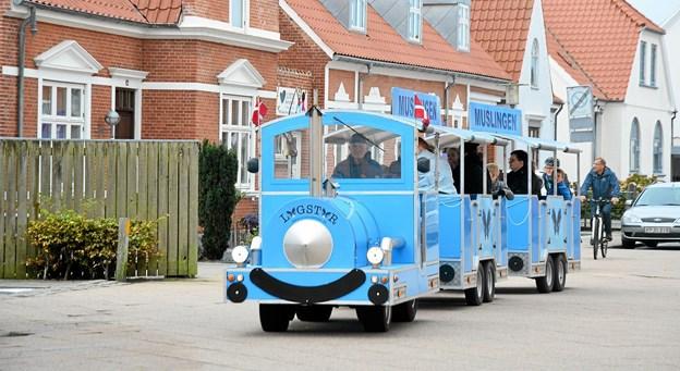 Og 'Muslingen' kørte en tur med dem, som valgte at gå på handel i byen. Mange børn og voksne tog en tur med det lille tog. Foto: Mogens Lynge