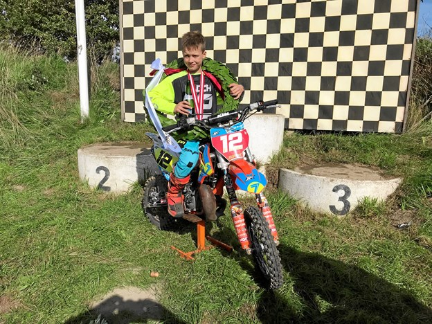 En stolt ni år gammel idrætsudøver med sin guldmedalje i sin klasse for Mikro kørere på 65 cc maskiner.Privatfoto