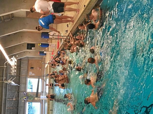 En uges tid senere tog Julemærkehjemmets børn selv del i synkronsvømmernes træning. Privatfoto