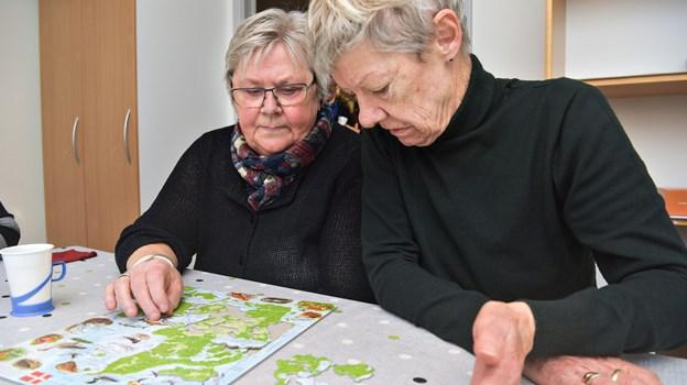 Grethe Nygaard (tv.) og Birgit Knudsen har mødt hinanden i det nye tilbud om 'Aktiv med demens', hvor de blandt andet træner hjernen med puslespil, men ikke mindst snakker og griner og kommer hjem i meget bedre humør.
