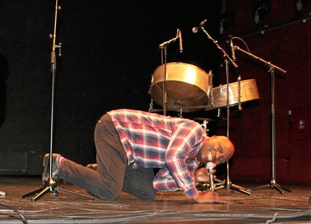 Musikeren Gregory Boyd var et opløftende bekendtskab for elever og lærere på Vesthimmerlands Gymnasium og HF - trods det umiddelbart noget dystre tema for fællestimen i den forgangne uge. Privatfoto
