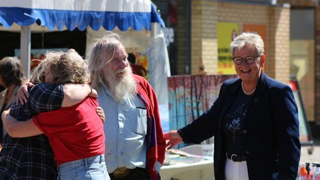Borgmester Ulla Vestergaard (S) hilser på multikunstner A.C. Rosmon. Foto: Carsten Hougaard