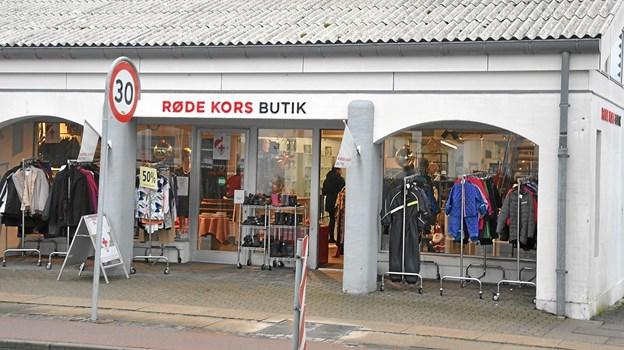 Røde Kors har været glad for placeringen på Søndergade, men nu har der vist sig et bedre sted til at drive genbrugsbutik - nemlig i Hjallerup Centret.Foto: Ole Torp