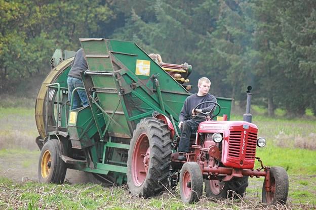 Traktor og maskine klare arbejdet fint. Foto: Flemming Dahl Jensen