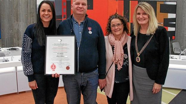Erik Schack med hustruen Pia og datteren Caroline sammen med borgmester Birgit Hansen.