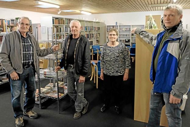 """""""Knokle Holdet"""" med Bjarne Olsen, Børge Jensen, Grethe Jensen og Ib Sørensen har lavet det hårde arbejde med at lægge nyt gulvtæppe, og de har indrettet de nye bog- og isenkræmmerafdelinger. Foto: Niels Helver Niels Helver"""