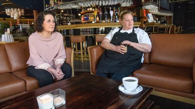 25 år har de to til sammen arbejdet som henholdsvis tjener, Lene Pedersen t.v. og Vivi Svendsen som kok. Peter Broen