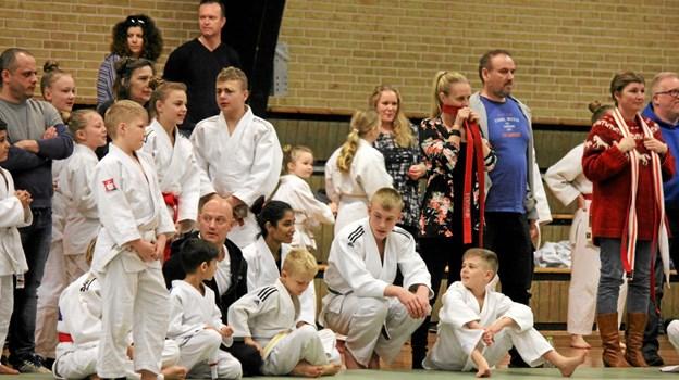 Der er mange judo kæmper og forældre i Jetsmark Idrætscenter. Foto: Flemming Dahl Jensen Flemming Dahl Jensen