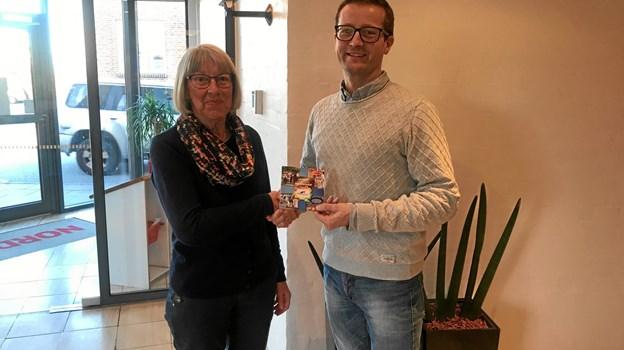 Eva Dige Olesen fik ekstra 5000 kroner til indkøbene. Her er det handelschef Dan Kobberup, som har leger julemand. Privatfoto