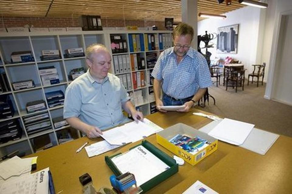 Bagest i Monrads Hus har Hans Holms eget firma, cykelrejsebureauet Region Rejser, fået kontor. Ved sin højre hånd har Hans Holm - som foretrukket - Flemming Jensen (tv).