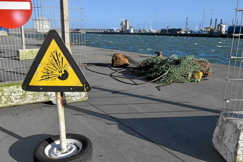 Et stykke kaj blev afspærret hvor sprængstoffet lå mellem affald - fanget på havet. Foto: Ole Iversen