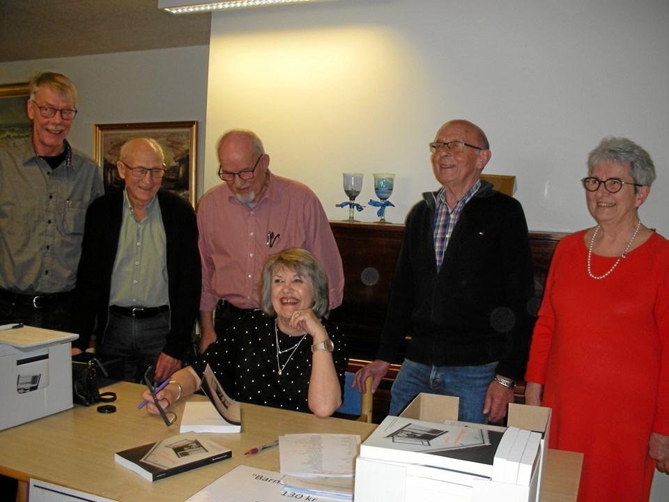 Forfatter Anne-Marie Smed omgivet af bestyrelsen for den lokalhistoriske forening Rørbæk. Privatfoto