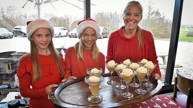 I cafeen blev publikum mødt af nissepigerne Sille, Fie og Camilla. Foto: Ole Iversen