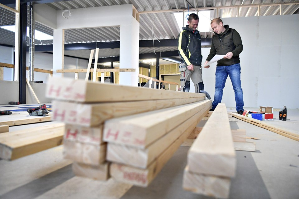 Tømrermester og bestyrelsesmedlem Jakob Jeppesen og halinspektør Bjarne Holmberg glæder sig over, at både tidsplan og økonomi holder. Foto: Bente Poder