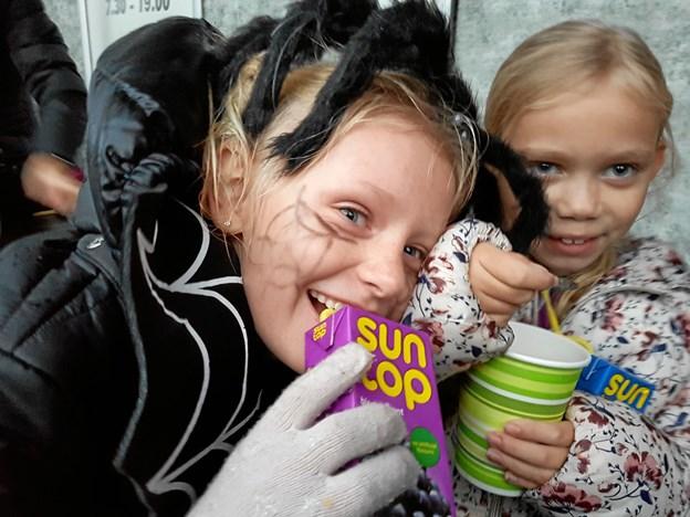 Selv om man har en fugleedderkop på hovedet, så kan man godt nyde en juice til halloween. Privatfoto