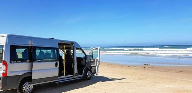 Solbakken Plejecenters bus vil i fremtiden ikke kun være grå, når de ældre tager på tur i Jammerbugten. Privatfoto