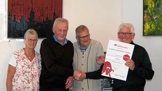 Fonden for Himmerland Forsikring støttede bogudgivelsen med 10.000 kr. Erling Sørensen overrakte beløbet til formand Per Poulsen (th).