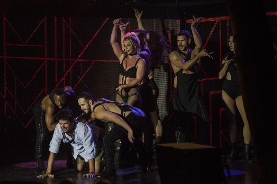 Britney Spears spiller med sit freakshow på Bøgescenen. Op fra publikum blev Kasper the freak hevet op til en fræk dans inden Britney Spears serverede en T-shirt med autograf på brystet. Britney Spears spiller på Smukfest onsdag den 8. august 2018.. (Foto: Helle Arensbak/Ritzau Scanpix)