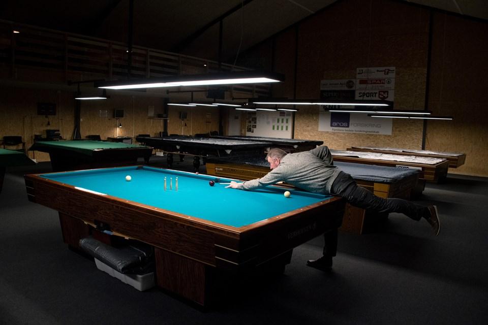 Hjørring Billardklub tæller i dag 70 medlemmer, og der er dagen igennem aktivitet omkring bordene i den store sal. Foto: Henrik Louis HENRIK LOUIS