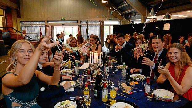 Det er fra venstre Camilla Hedegaard, Sofie Aarup og Jakob Sthyr ved bordet for 3d